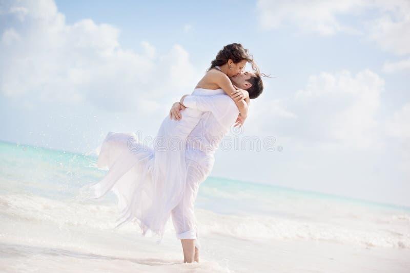Φίλημα νυφών και νεόνυμφων σε μια τροπική παραλία στοκ φωτογραφίες με δικαίωμα ελεύθερης χρήσης