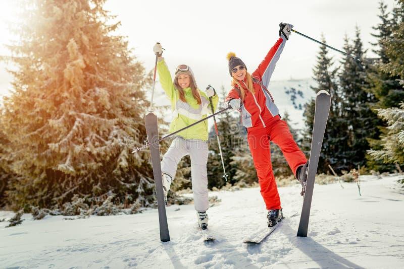 Φίλοι κοριτσιών στις χειμερινές διακοπές στοκ εικόνες