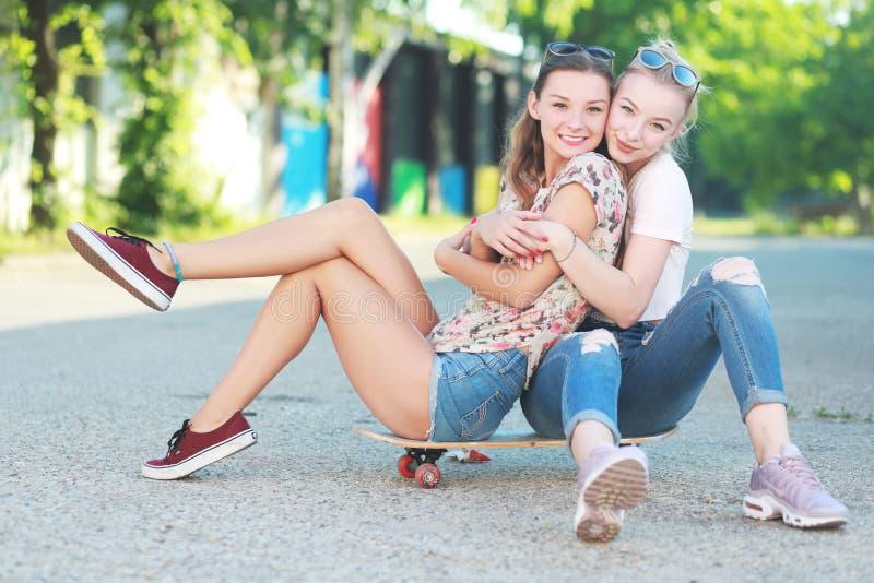Φίλοι κοριτσιών Longboarding στοκ εικόνα με δικαίωμα ελεύθερης χρήσης