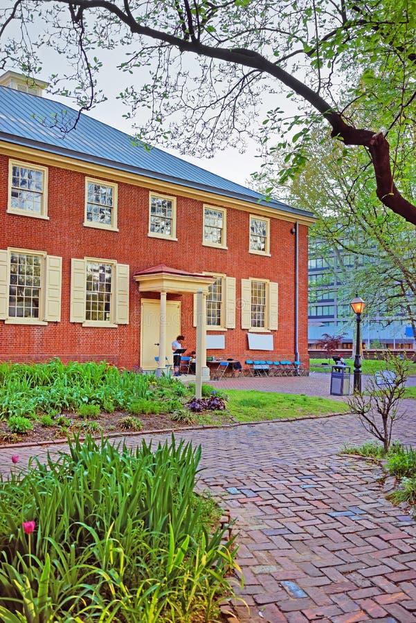 Φίλοι οδών αψίδων που συναντούν το σπίτι στην παλαιά πόλη της Φιλαδέλφειας στοκ εικόνα