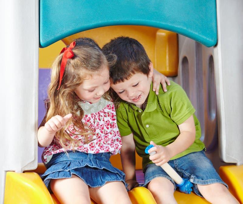 Φίλοι παιδιών που παίζουν από κοινού στοκ εικόνες