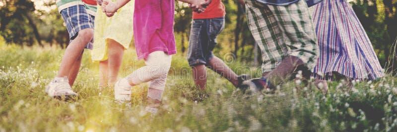Φίλοι παιδιών που παίζουν την εύθυμη ενεργό έννοια στοκ εικόνες με δικαίωμα ελεύθερης χρήσης