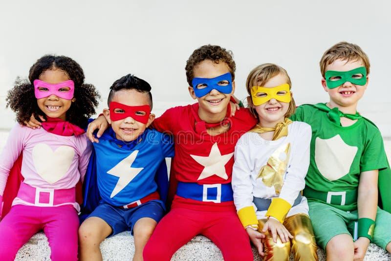 Φίλοι παιδιών Superheroes που παίζουν την έννοια ενότητας στοκ εικόνα