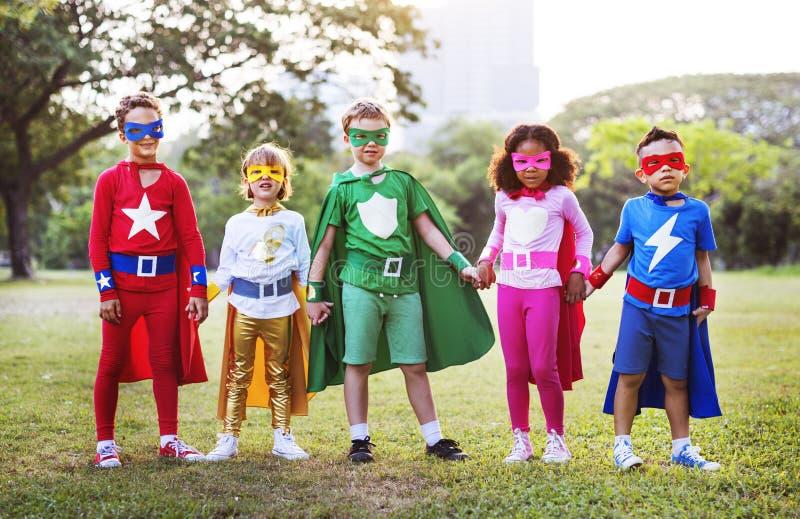 Φίλοι παιδιών Superheroes που παίζουν την έννοια διασκέδασης ενότητας στοκ εικόνες με δικαίωμα ελεύθερης χρήσης