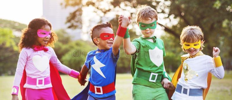 Φίλοι παιδιών Superheroes που παίζουν την έννοια διασκέδασης ενότητας στοκ φωτογραφίες με δικαίωμα ελεύθερης χρήσης