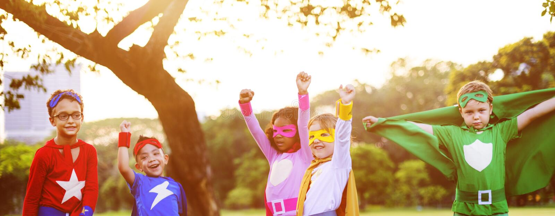 Φίλοι παιδιών Superheroes που παίζουν την έννοια διασκέδασης ενότητας στοκ φωτογραφίες