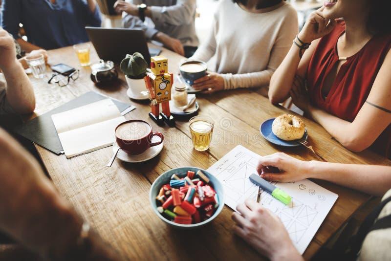 Φίλοι ποικιλομορφίας που συναντούν την έννοια 'brainstorming' καφετεριών στοκ φωτογραφίες