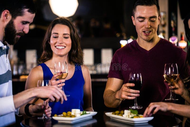 Φίλοι που έχουν ένα απεριτίφ με το κρασί στοκ εικόνα με δικαίωμα ελεύθερης χρήσης