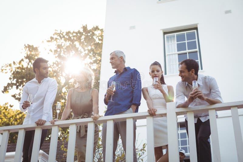 Φίλοι που έχουν τη σαμπάνια στο μπαλκόνι στοκ φωτογραφία με δικαίωμα ελεύθερης χρήσης