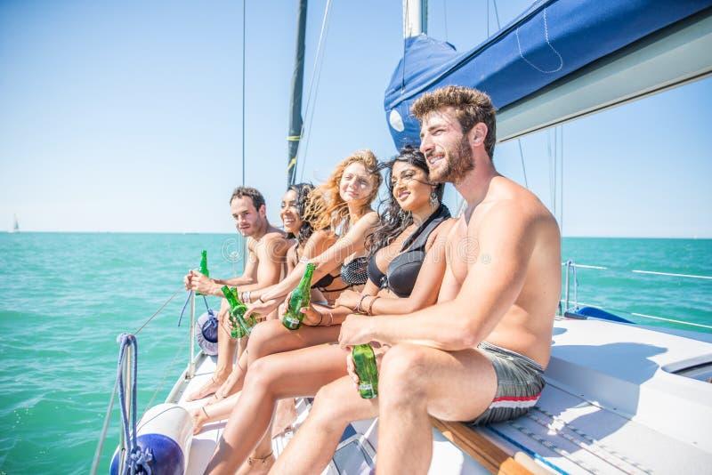 Φίλοι που έχουν το κόμμα σε μια βάρκα στοκ φωτογραφίες