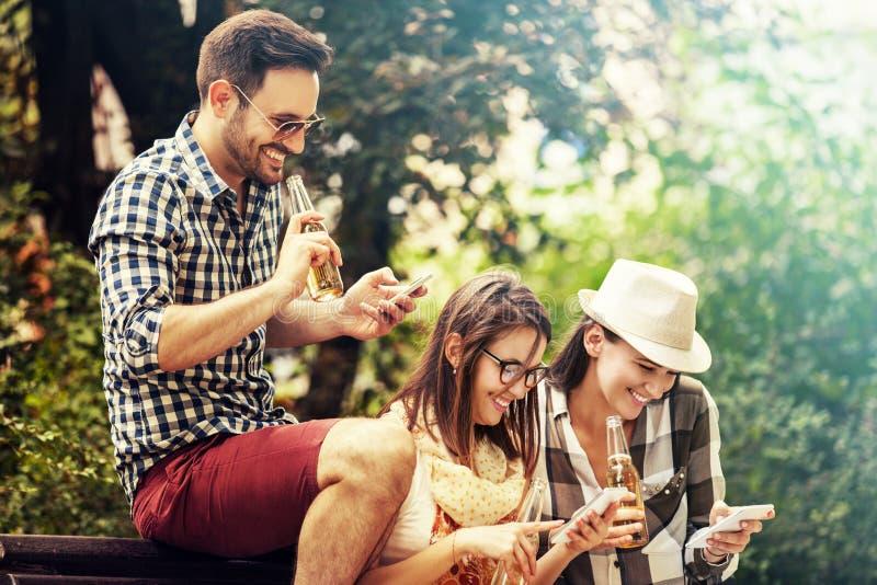 Φίλοι που απολαμβάνουν έξω στοκ φωτογραφία με δικαίωμα ελεύθερης χρήσης