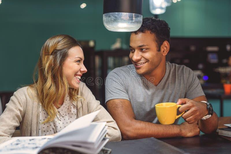 Φίλοι που μελετούν μαζί στη καφετερία στοκ φωτογραφίες με δικαίωμα ελεύθερης χρήσης