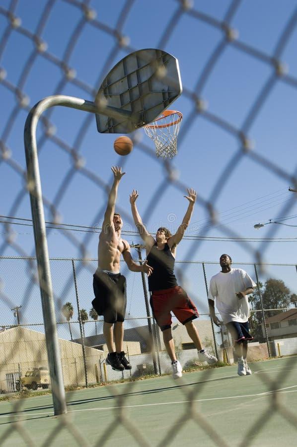 Φίλοι που παίζουν την καλαθοσφαίριση στο δικαστήριο στοκ φωτογραφία με δικαίωμα ελεύθερης χρήσης