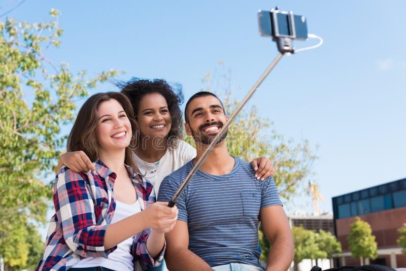 Φίλοι που παίρνουν ένα selfie στοκ φωτογραφία με δικαίωμα ελεύθερης χρήσης