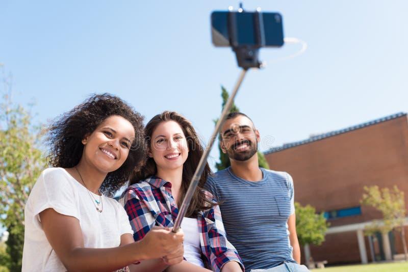 Φίλοι που παίρνουν ένα selfie στοκ εικόνες με δικαίωμα ελεύθερης χρήσης