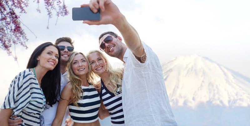 Φίλοι που παίρνουν selfie με το smartphone στοκ φωτογραφία