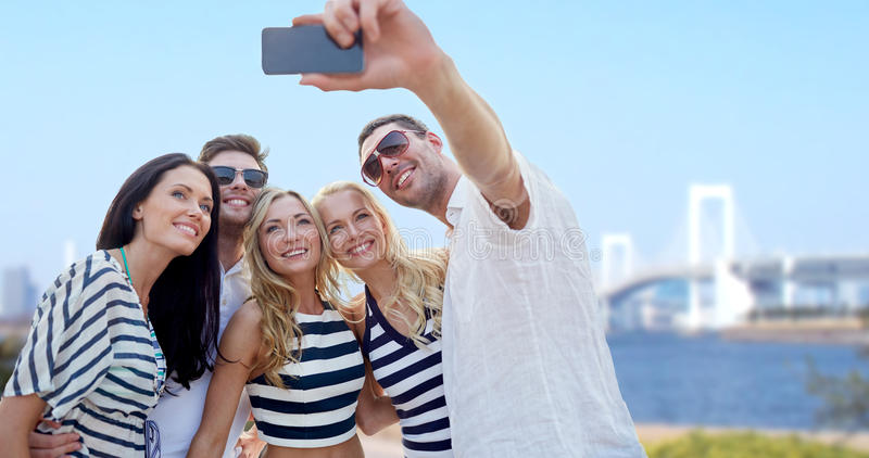 Φίλοι που παίρνουν selfie με το smartphone στοκ εικόνα με δικαίωμα ελεύθερης χρήσης