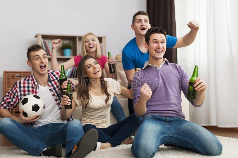 Φίλοι που προσέχουν τη TV στοκ φωτογραφίες