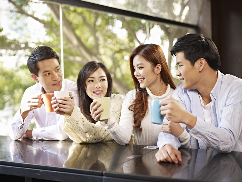 Φίλοι που συναντιούνται στον καφέ στοκ εικόνες