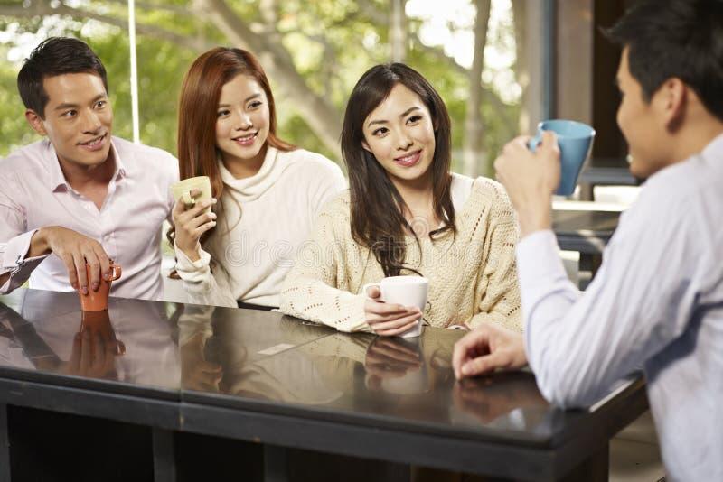 Φίλοι που συναντιούνται στον καφέ στοκ φωτογραφίες με δικαίωμα ελεύθερης χρήσης