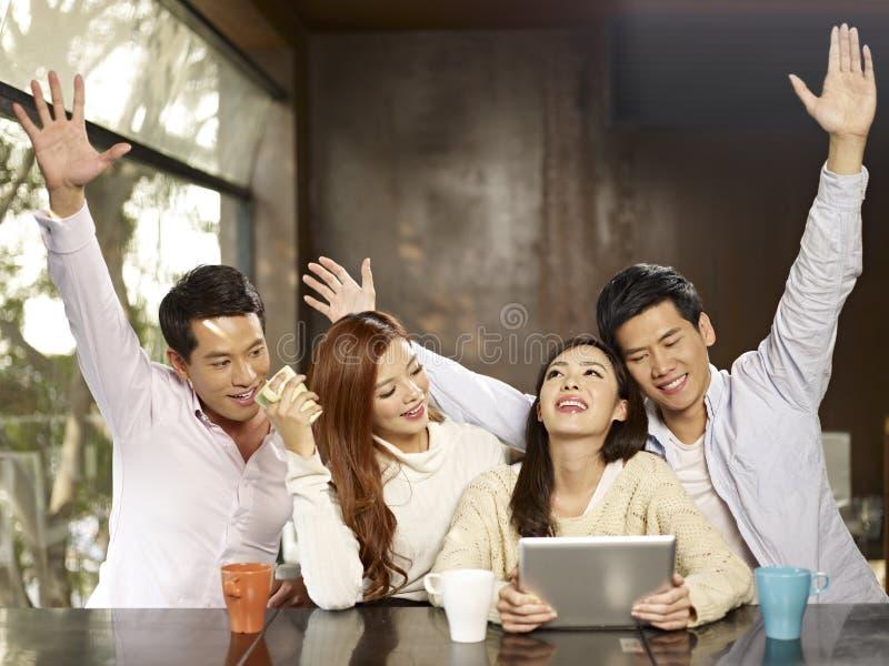 Φίλοι που συλλέγουν στον καφέ στοκ εικόνα με δικαίωμα ελεύθερης χρήσης