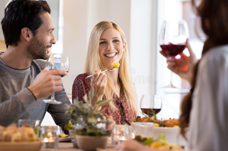 Φίλοι που τρώνε από κοινού στοκ εικόνα με δικαίωμα ελεύθερης χρήσης