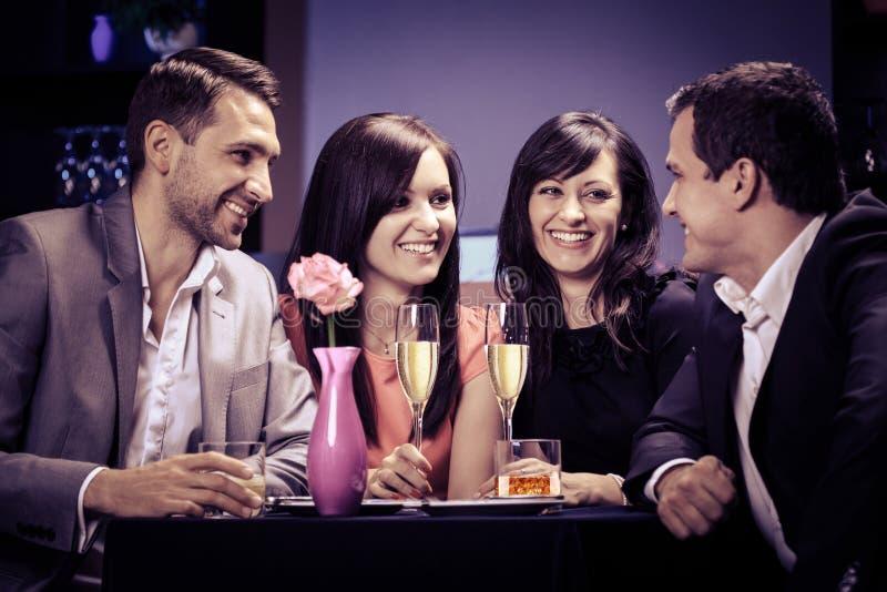 Φίλοι σε ένα εστιατόριο στοκ φωτογραφία