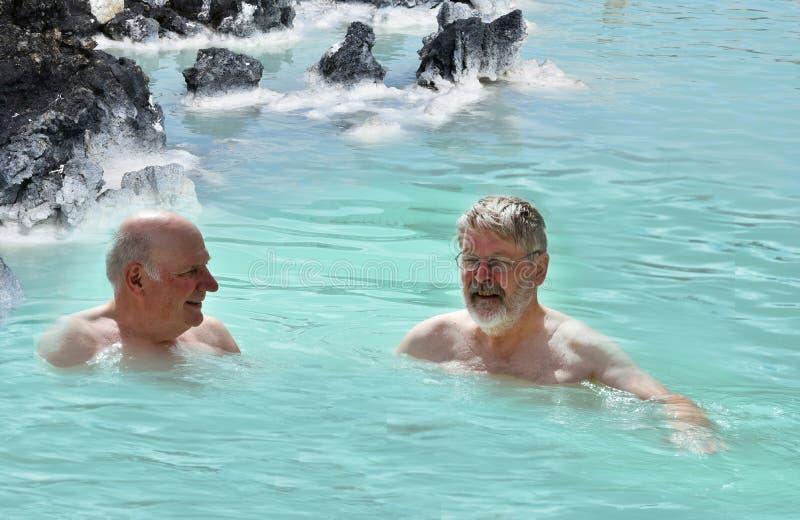 Φίλοι στην μπλε λιμνοθάλασσα στοκ φωτογραφία με δικαίωμα ελεύθερης χρήσης