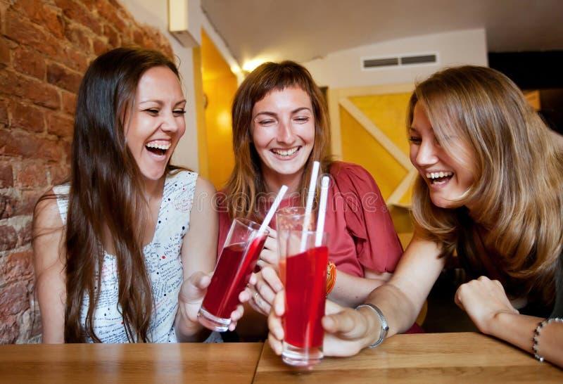 Φίλοι στον καφέ στοκ φωτογραφίες με δικαίωμα ελεύθερης χρήσης