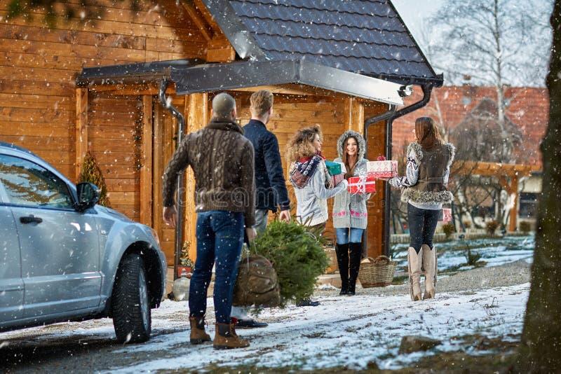 Φίλοι στο βουνό που προετοιμάζουν το σπίτι για τη νέα παραμονή έτους στοκ εικόνα με δικαίωμα ελεύθερης χρήσης