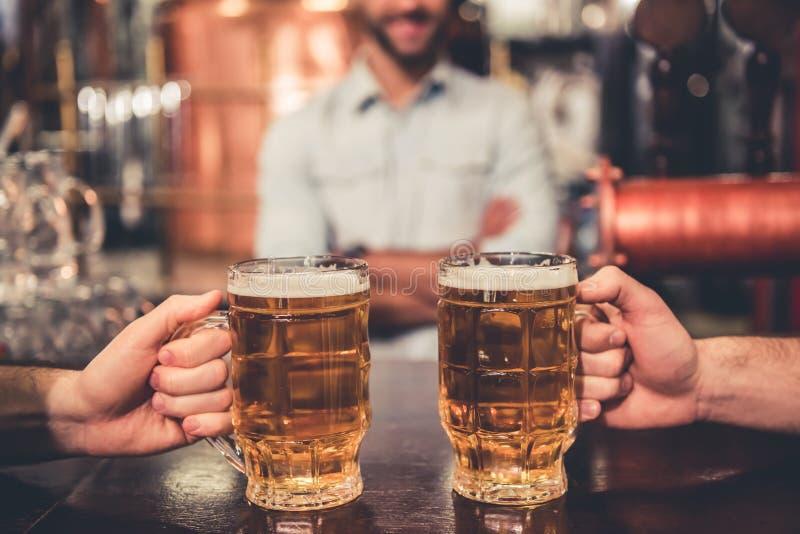 Φίλοι στο μπαρ στοκ εικόνες με δικαίωμα ελεύθερης χρήσης