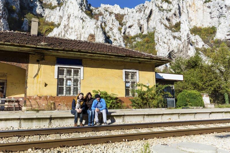 Φίλοι στο σταθμό τρένου που περιμένει το τραίνο στοκ φωτογραφία με δικαίωμα ελεύθερης χρήσης