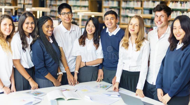 Φίλοι συμμαθητών σπουδαστών που καταλαβαίνουν την έννοια μελέτης στοκ εικόνες