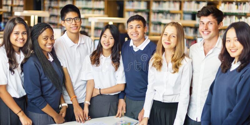 Φίλοι συμμαθητών σπουδαστών που καταλαβαίνουν την έννοια μελέτης στοκ φωτογραφία με δικαίωμα ελεύθερης χρήσης