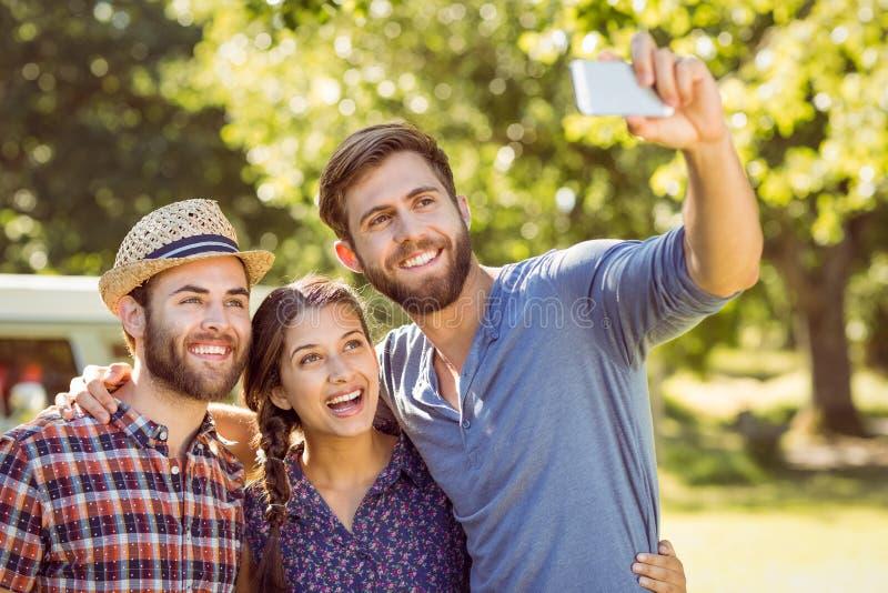 Φίλοι Hipster που παίρνουν ένα selfie στοκ εικόνες
