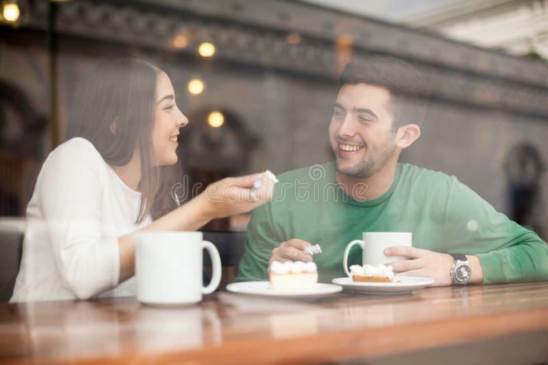 Φίλος και φίλη σε μια καφετερία στοκ εικόνες
