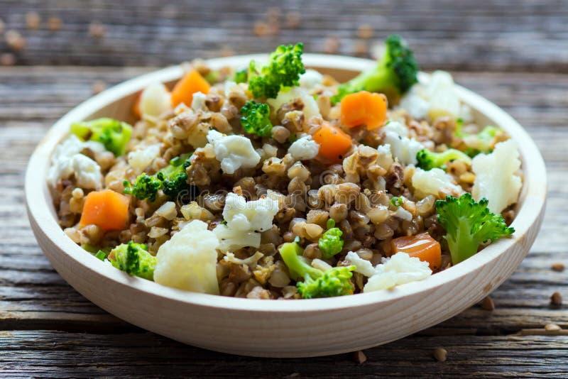 Φαγόπυρο με τα λαχανικά και το τυρί φέτας στοκ εικόνα