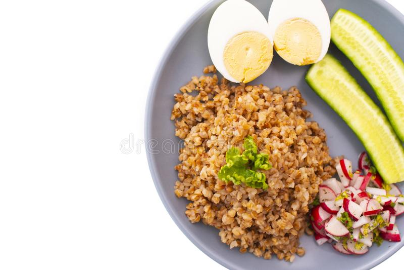 Φαγόπυρο με το αυγό και αγγούρι σε ένα πιάτο στοκ εικόνες με δικαίωμα ελεύθερης χρήσης