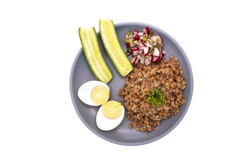 Φαγόπυρο με το αυγό και αγγούρι σε ένα πιάτο στοκ εικόνα με δικαίωμα ελεύθερης χρήσης