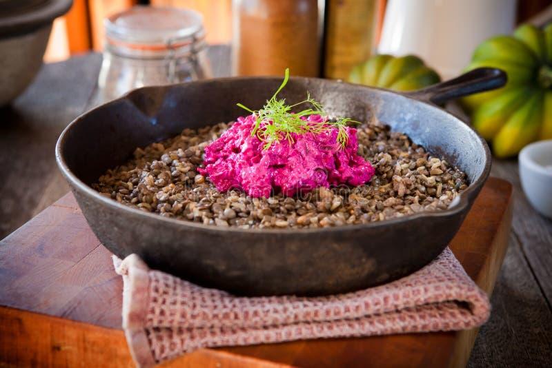 Φακές και πιάτο ρυζιού με τη σαλάτα τεύτλων στοκ φωτογραφία με δικαίωμα ελεύθερης χρήσης