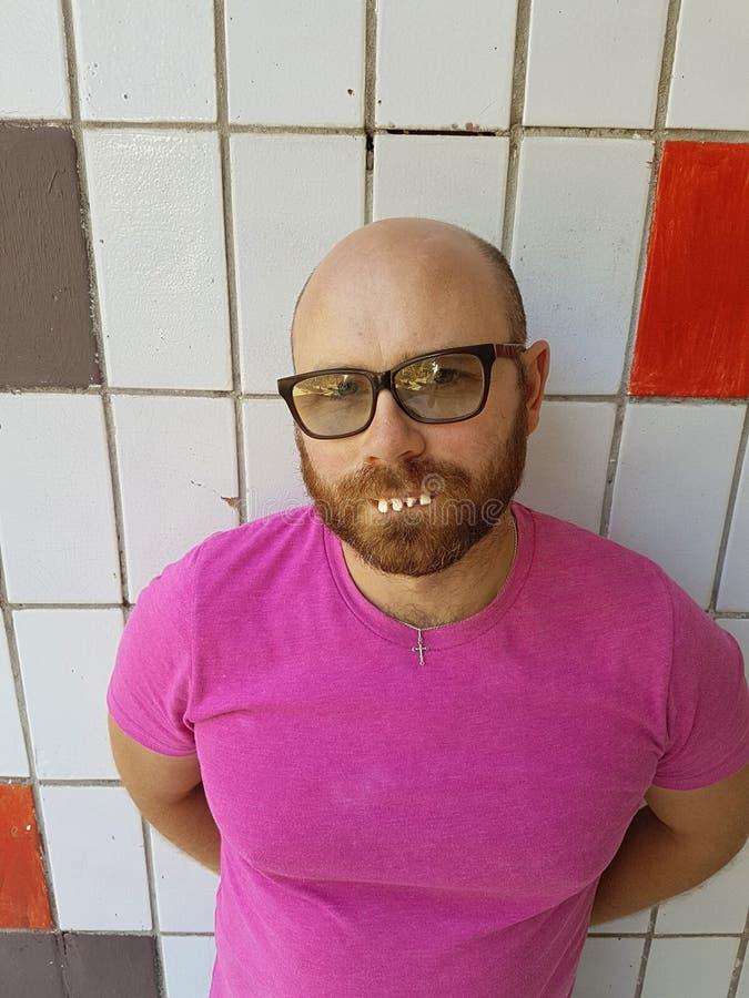 Φαλακρό άτομο eyeglasses με τα άσχημα δόντια στοκ φωτογραφίες