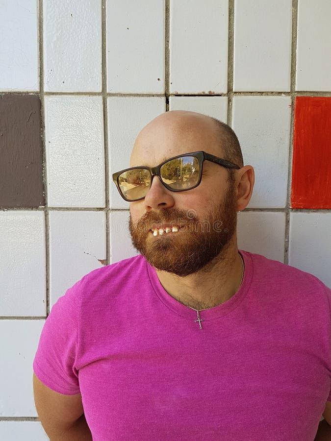 Φαλακρό άτομο eyeglasses με τα άσχημα δόντια στοκ φωτογραφίες με δικαίωμα ελεύθερης χρήσης