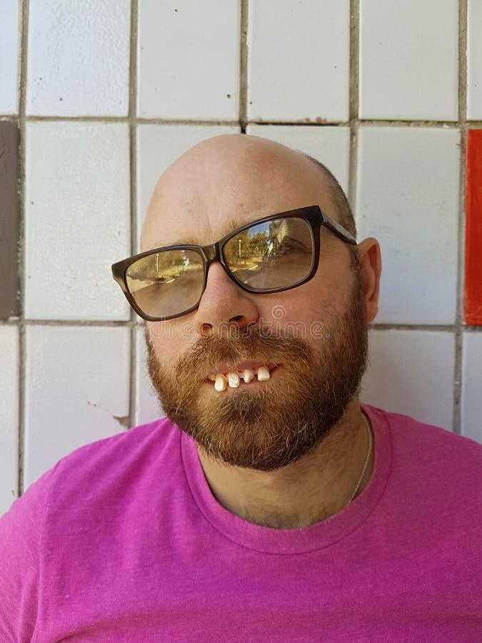 Φαλακρό άτομο eyeglasses με τα άσχημα δόντια στοκ εικόνα με δικαίωμα ελεύθερης χρήσης