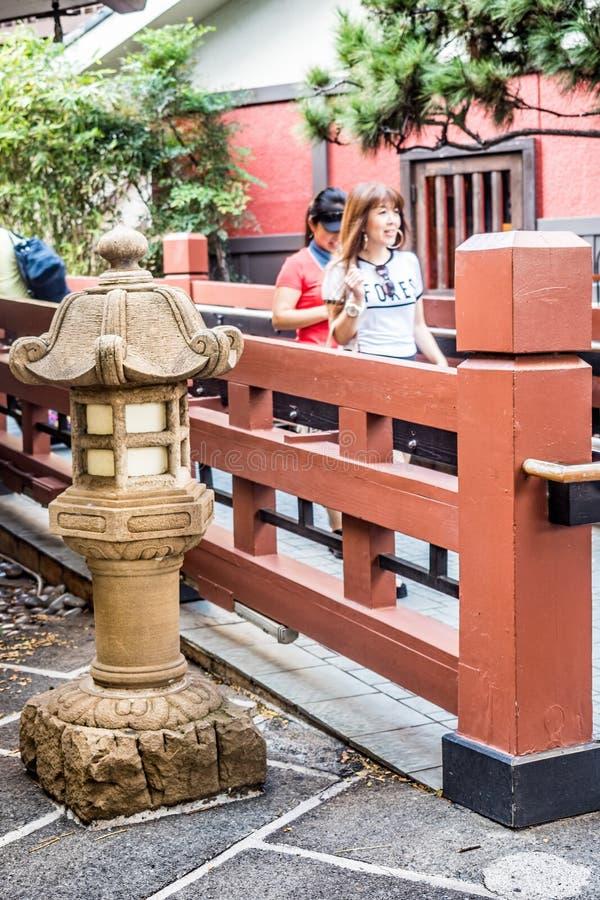 Φανάρι και διάβαση πεζών πετρών ιαπωνικός-ύφους στοκ εικόνες