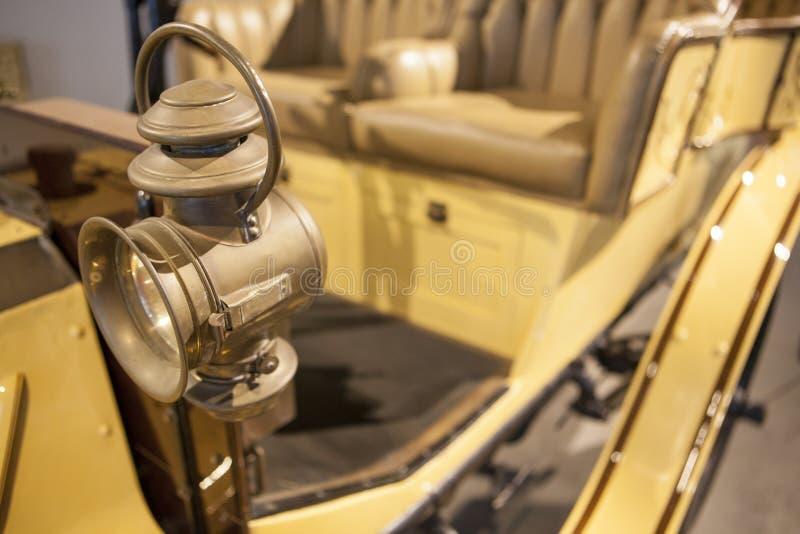 Φανάρι κηροζίνης στον κλασικό στο κλασικό αυτοκίνητο με το φακό Fresnel CL στοκ φωτογραφία με δικαίωμα ελεύθερης χρήσης