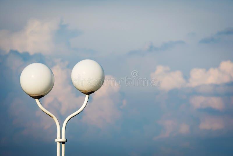 Φανάρι με δύο στρογγυλούς θόλους στο υπόβαθρο μπλε ουρανού στοκ εικόνα