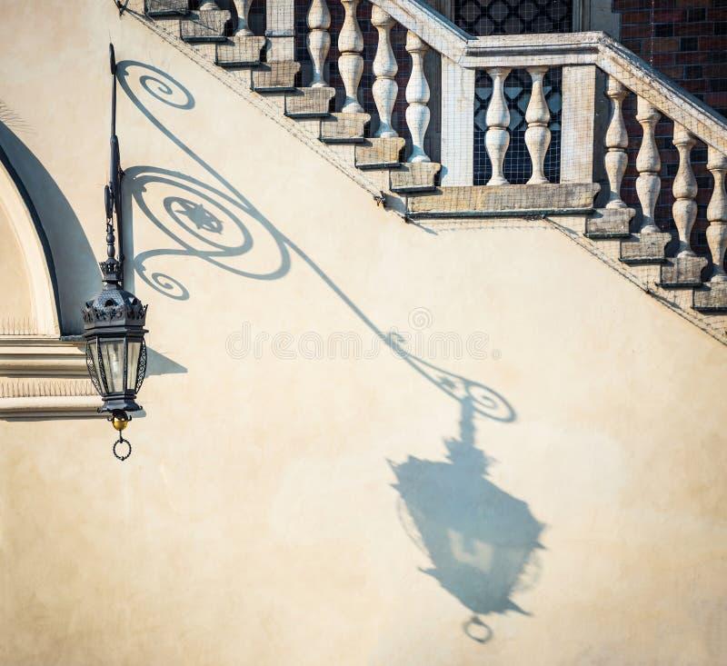 Φανάρι με τη σκιά στον τοίχο στοκ εικόνα