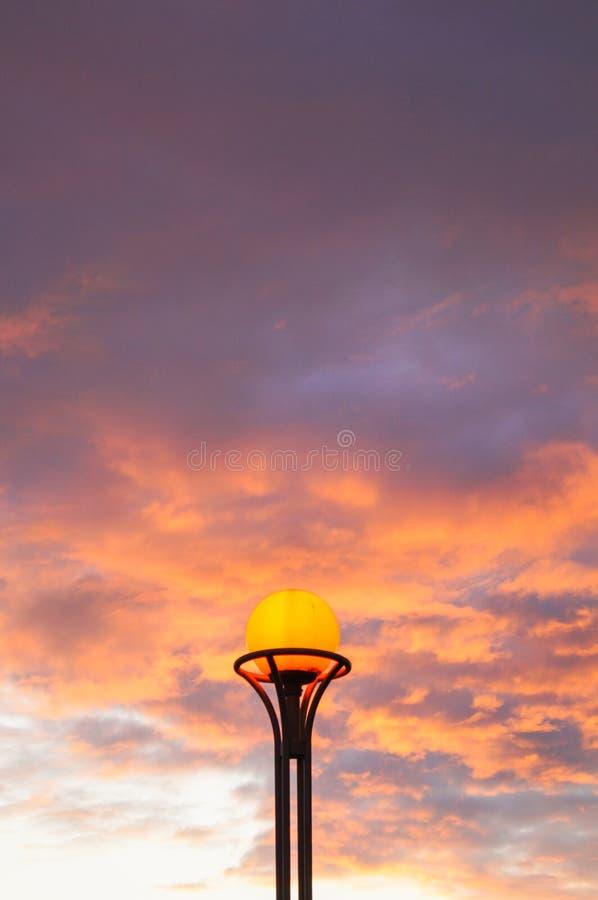 Φανάρι στο υπόβαθρο του φλογερού πορτοκαλιού ουρανού ηλιοβασιλέματος στοκ φωτογραφία
