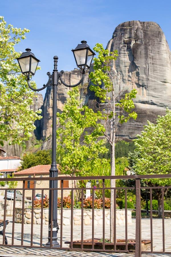 Φανάρι στο χωριό Kastraki κάτω από τους βράχους Meteora, Ελλάδα στοκ φωτογραφία με δικαίωμα ελεύθερης χρήσης