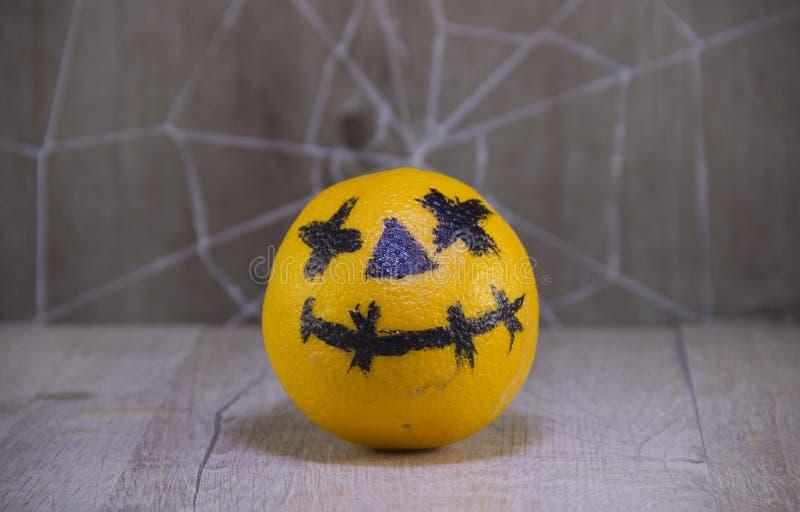 Φανάρι του Jack για αποκριές των πορτοκαλιών σε ένα ξύλινο υπόβαθρο με τους ιστούς αράχνης στοκ εικόνες